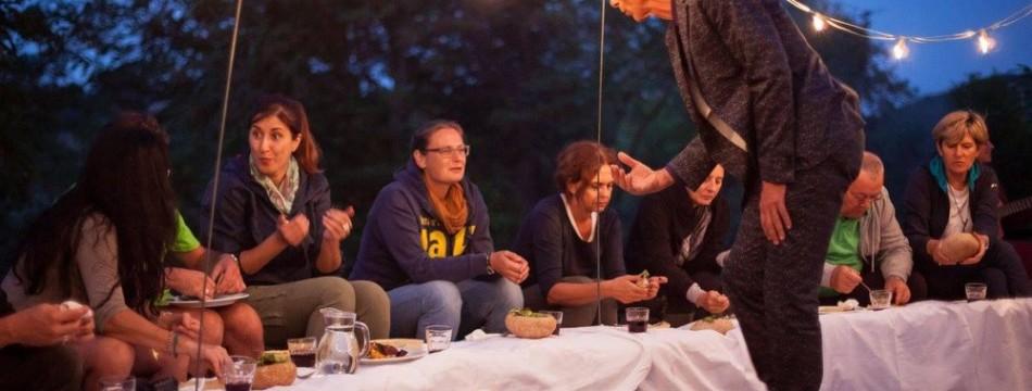 a-passo-d-uomo-in-festa-cena-artisti-011