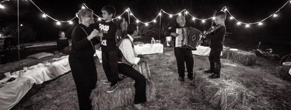 a-passo-d-uomo-in-festa-cena-artisti-012