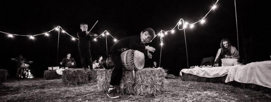 a-passo-d-uomo-in-festa-cena-artisti-014